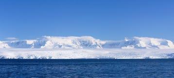 Panorama av den Antarktis kusten Arkivbild
