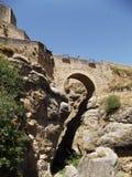 Panorama- av den arabiska bron på Ronda, Malaga, Andalucia arkivfoton