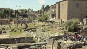Panorama av den arkeologiska platsen i Italien, grupp av turister som beskådar Roman Forum arkivfilmer
