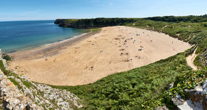 Panorama av den Barafundle stranden, fjärd nära Stackpole, Pembrokeshire, Wales, U K royaltyfri bild