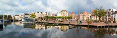 Panorama av den Beestenmarkt kanalen, Leiden, Nederländerna Arkivbild