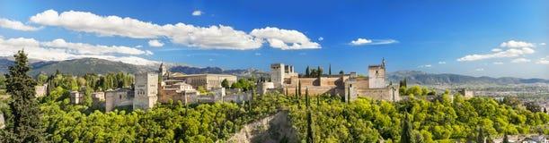 Panorama av den berömda Alhambra slotten i Granada, Spanien Fotografering för Bildbyråer