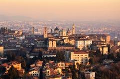 Panorama av den Bergamo staden, solnedgång, Lombardy Italien Arkivfoto