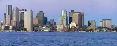 Panorama- av den Boston hamnen och den Boston horisonten på soluppgång som sett från södra Boston, Massachusetts, New England Arkivfoto