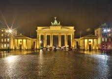 Panorama av den Brandenburg porten i Berlin på natten, Tyskland arkivfoton