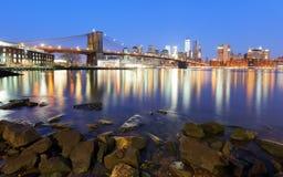 Panorama av den Brooklyn bron, East River och Manhattan på solnedgången arkivfoton