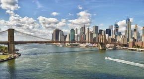 Panorama av den Brooklyn bron på den soliga dagen Arkivbilder
