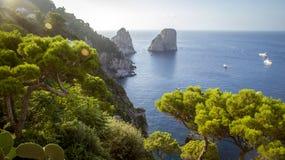 Panorama av den Capri ön och Faraglioni vaggar, Italien Arkivbilder