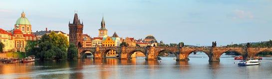 Panorama av den Charles bron i Prague, Tjeckien Arkivbild