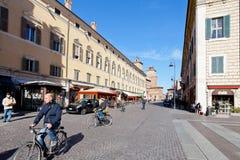 Panorama av den Corso Martiri dellaen Liberta i Ferrara, Italien Arkivbilder