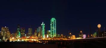 Panorama av den Dallas horisonten på natten Royaltyfri Foto