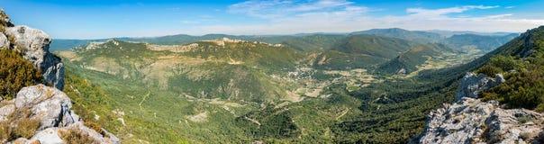 Panorama av den Duilhac-sous-Peyrepertuse kommunen i den Aude avdelningen i sydliga Frankrike royaltyfri bild