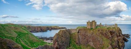 Panorama av den Dunnottar slott- och Nordsjönkusten, Skottland Arkivfoton