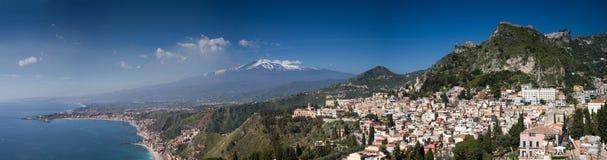 Panorama av den Etna vulkan och Taorminaen Arkivfoto