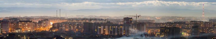 Panorama av den flyg- sikten för natt av den Ivano-Frankivsk staden, Ukraina Plats av den moderna nattstaden med ljusa ljus av hö Arkivbild