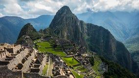 Panorama av den forntida Incastaden av Machu Picchu royaltyfria bilder
