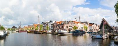 Panorama av den Galgewater kanalen i Leiden, Nederländerna Royaltyfri Bild