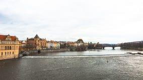 Panorama av den gamla delen av Prague från invallningen av Vistulaet River Royaltyfri Fotografi