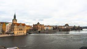 Panorama av den gamla delen av Prague från invallningen av Vistulaet River Arkivbild