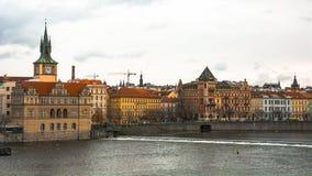 Panorama av den gamla delen av Prague från invallningen av Vistulaet River Arkivfoto
