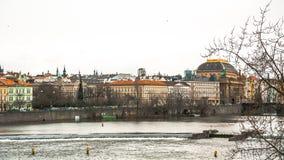Panorama av den gamla delen av Prague från invallningen av Vistulaet River Royaltyfri Foto