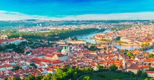 Panorama av den gamla Prague från det Petrin tornet, Tjeckien Royaltyfri Bild