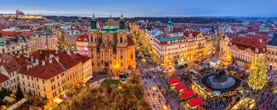 Panorama av den gamla staden av Prague på jultid Royaltyfri Bild