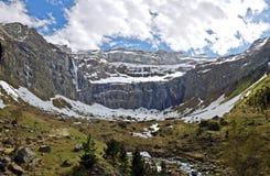 Panorama av den Gavarnie cirkusen med vattenfall, glaciären och floder royaltyfri foto