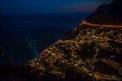 Panorama av den härliga kuststaden - Positano vid den Amalfi kusten i Italien under solnedgång, Positano, Italien royaltyfri fotografi