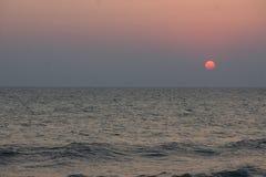 Panorama av den härliga solnedgången på havet Arkivbilder