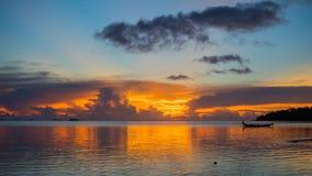 Panorama av den härliga solnedgången vid havet Arkivbild