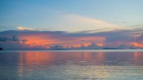 Panorama av den härliga solnedgången vid havet Arkivfoton