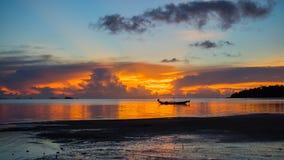 Panorama av den härliga solnedgången vid havet Royaltyfria Bilder