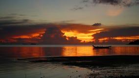 Panorama av den härliga solnedgången vid havet Arkivfoto