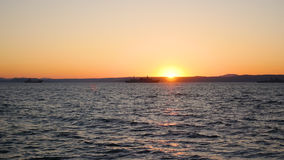 Panorama av den härliga solnedgången vid havet Militärskepp på havet på solnedgången Royaltyfri Fotografi