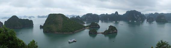 Panorama av den Halong fjärden Arkivfoton