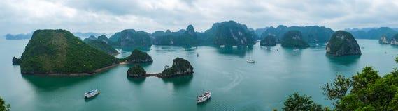 Panorama av den Halong fjärden, Vietnam Arkivfoto