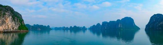 Panorama av den Halong fjärden, Vietnam Arkivbild