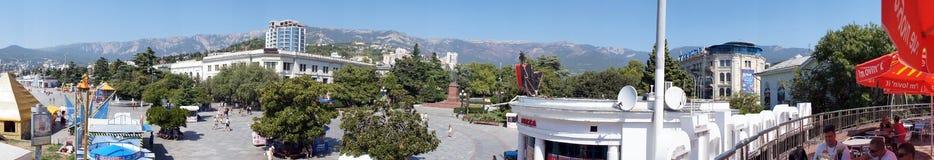Panorama av den huvudsakliga fyrkanten av staden av Yalta, Krim Ukraina, togs i Augusti 2012 Fotografering för Bildbyråer