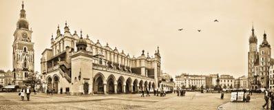 Panorama av den huvudsakliga fyrkanten i Krakow Royaltyfri Fotografi