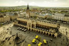 Panorama av den huvudsakliga marknadsfyrkanten i Krakow, Polen royaltyfri bild