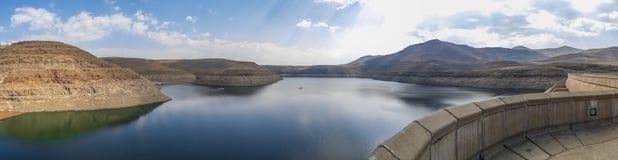 Panorama av den hydroelektriska Katse fördämningbehållaren i Lesotho, Afrika Arkivfoto