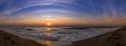 Panorama av den italienska stranden och Adriatiskt havet under solnedgång Royaltyfri Foto