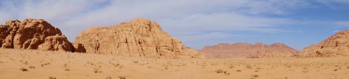 Panorama av den jordanska öknen i Wadi Rum, Jordanien Wadi Rum har lett till dess beteckning som en UNESCOvärldsarv Det är bekant Royaltyfri Fotografi