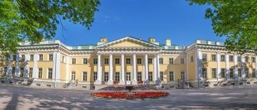 Panorama av den Kamennoostrovsky slotten är en tidigare imperialistisk landsuppehåll på den Kamenny ön i St Petersburg Arkivfoto