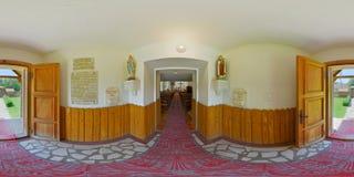 panorama 360 av den katolska kapellingången i Câmpu CetÄƒÈ för ` för VÃ-¡ rmezÅ› ii/Burgfeld, Transylvania, Rumänien Royaltyfri Bild