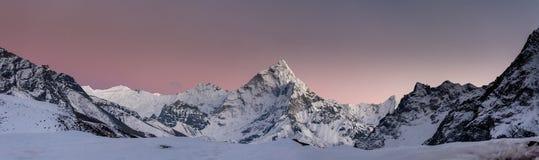Panorama av den Khumbu dalen i Nepal med Amadablam Fotografering för Bildbyråer
