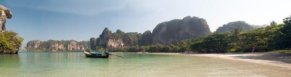 Panorama av den Krabi stranden Thailand med fartyg i fjärden Royaltyfri Bild