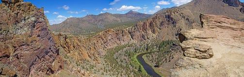 Panorama av den krokiga floden royaltyfri bild