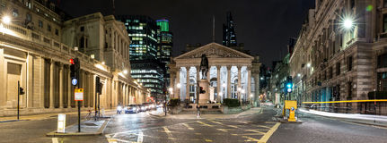 Panorama av den kungliga börsen i London vid natt royaltyfria foton